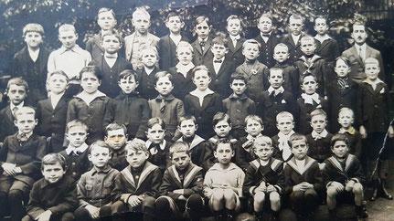 1913   Foto Ouwen 2. Reih ganz Riets: Fourné Jängi
