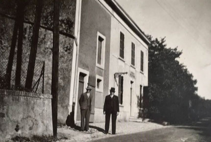 1950 - Café Braun Franz mat Keelebunn - durno Schommer Paul an durno dem Paul sein Medchen.