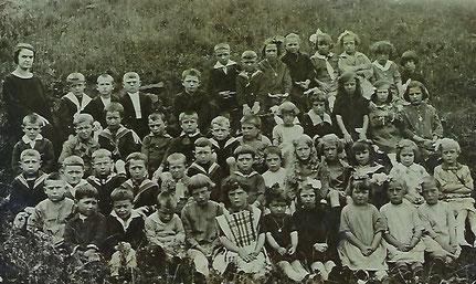 1916 - 1918  Irwecht Reih dat 6. vun Riets: Faber May Mann vum Desorbay Nicolas an Tata vum Josée-Anne Fourné an Claude Arend.