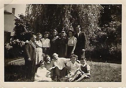 1943 - Bei Bâcher am Park.  Setzend lenks meng Mamm Faber Mathilde an  ganz riets setzend hiere Bruder Faber Théd.