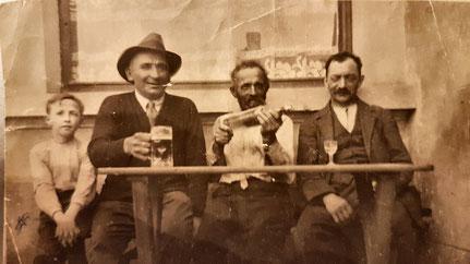 Am Café Bâcher (Hengen) - Lenks den Fourné Jängi (den Papp vum Josée-Anne) als Bouf. Em 1920.