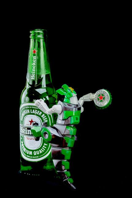 Mateo Brigande, La galerie de Mateo, détails, proxy, bière, bouteille, verre, capsule, godzilla, jouet,