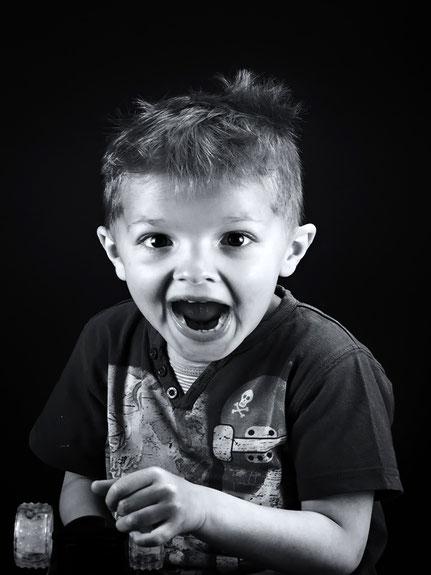 Mateo Brigande,La galerie de Mateo, portrait, portraits, profil,visage, figure, noir et blanc, studio, frimousse, face, enfant, bonne bouille, grimace, expression