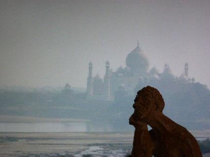 Mascotte devant une vue du Tajmahal depuis le Red Ford de l'autre côté de la Yamuna ...