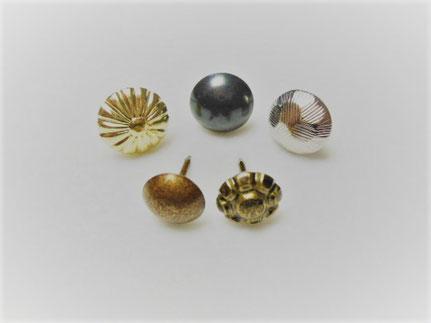 真鍮鍍金の菊鋲・ブロンズメッキの太鼓鋲・ニッケルメッキの亀甲鋲・アンティーク仕上げの丸頭鋲・墨入れの花柄鋲