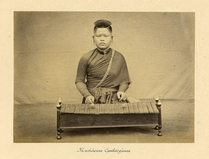 Plus ancienne photographie de roneat dek avec 20 lames de fer. Émile Gsell, c. 1866-70