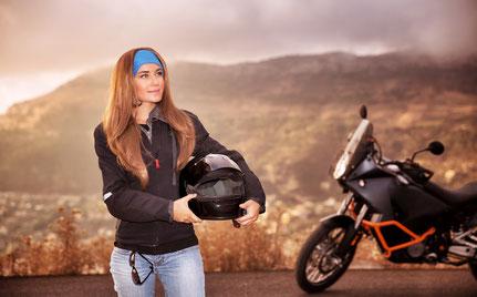 Motorradfahrer auf der Landstraße