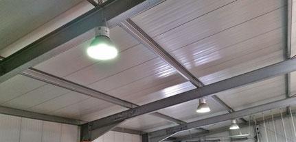Zelte und Hallenbeleuchtung