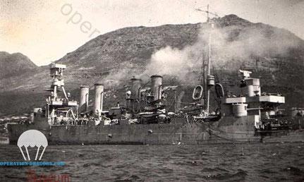 le croiseur USS Marblehead, qui tira sur les defenses ennemies le 15 aout 1944 .