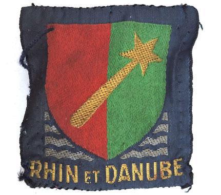 """Insigne tissus """"Rhin et Danube"""" , cousu sur la manche de sa chemise sur la photo de gauche"""