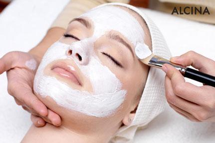 Kosmetikbehandlung und Aktebehandlung