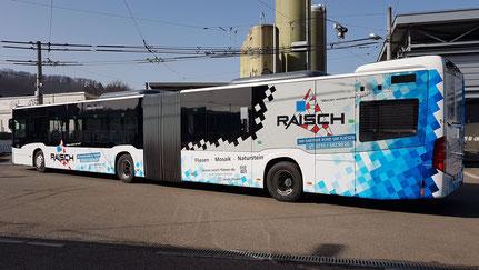Raisch Fliesen Stuttgart & Ostfildern - www.raisch-fliesen.de - Brandneue Buschbeschriftung im Raisch Fliesen Design. ÖPNV noch attraktiver durch Esslingen. Gelenkbus von der linken Seite.