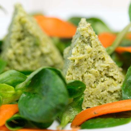 Brokkoli-Terrine mit Salat.