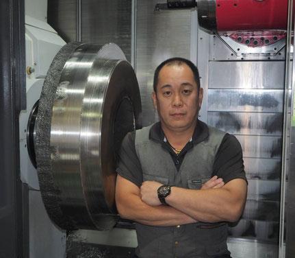 5軸複合旋盤にてSUSの大型材料を加工中の様子