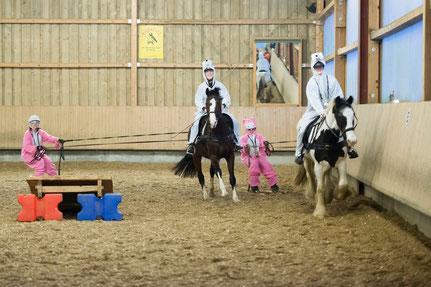 Die Ski-Hasen mit den Pferden Dublin und Leni