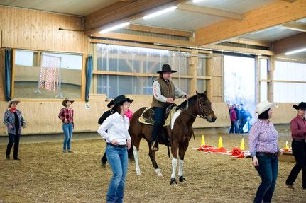 """Die tanzenden Cowgirls und -boys vom Viesenhäuserhof mit dem 4-beinigem Tänzer """"Hank"""""""