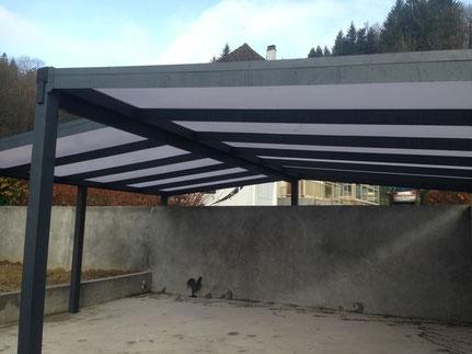 carport en aluminium avec une toiture en polycarbonate