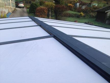 Carport en aluminium avec une toiture rigide en polycarbonate