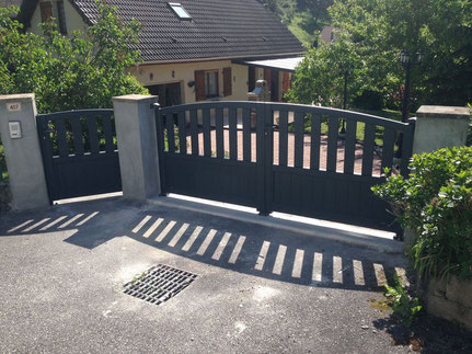 Thermolaqué avec un choix important de couleurs, les portails en aluminium ne nécessitent aucun entretien et peuvent être motorisés