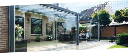 serre de jardin d'hiver est une pergola fermée par des panneaux de verre Securit qui coulissent sur une armature aluminium très discrète
