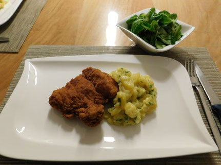 Gebackenes Kaninchen mit Kartoffel- und Vogerlsalat