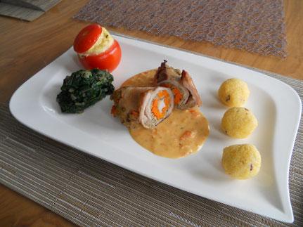 Kaninchenroulade mit Spinat, Tomate und Polenta-Knöderl
