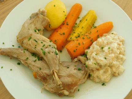 Kaninchenschultern gekocht mit Semmelkren und Gemüse