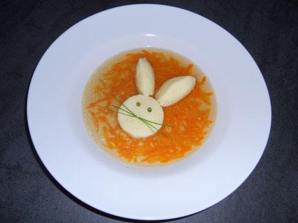 Klare Kaninchensuppe mit Grießnockerl
