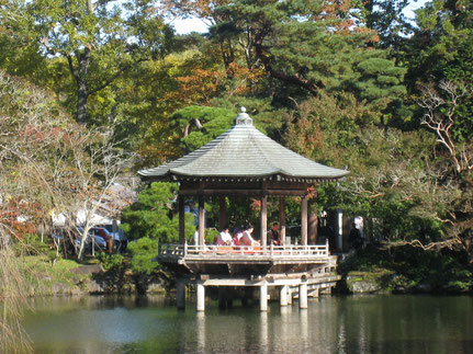 龍智の池   浮御堂での御琴の演奏