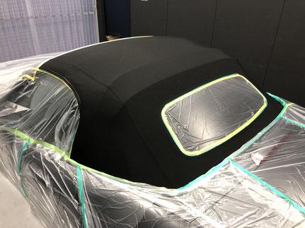 オープンカーの幌コーティング専門店での施工作業