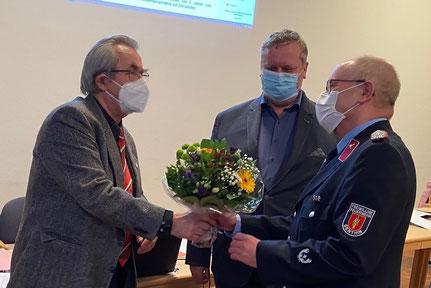 Blumen für den Genthiner Stadtwehrleiter Achim Schmechtig. Foto: Alpha-Report