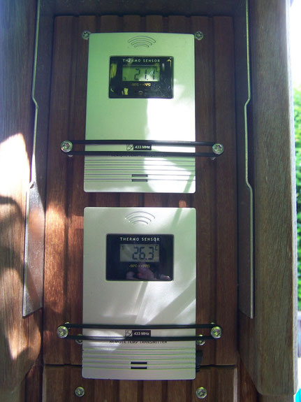 Funkthermometer an der Sichtschutzwand - oben Luft, unten Wasser