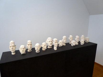 Spitz- und Rundköpfe (Swift), 2018, Ton gebrannt, ca. 28 x 15 x 15 cm; Ausstellung Kunstverein Offenburg 2018 (Foto: HK)