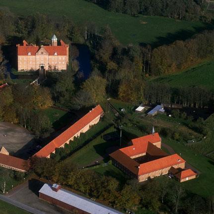 Luftfoto von Sostrup-Slot oben links und Sostrup-Kloster unten rechts