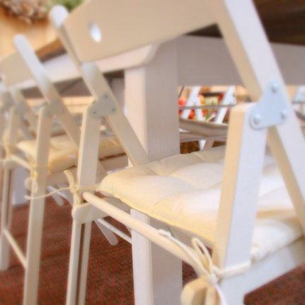 weiße Stuhlkissen gesteppt