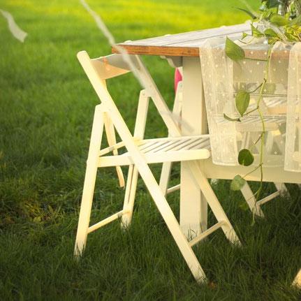 klappbarer weißer Stuhl zum Mieten für Hochzeiten