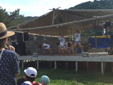 ステージ上では全国レベルのキッズダンスチームの女の子たちがショーをしています。
