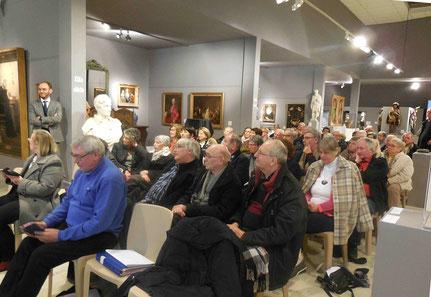 Une partie des 200 adhérents de l'association découvre les nouvelles oeuvres qui vont être désormais présentées aux visiteurs.