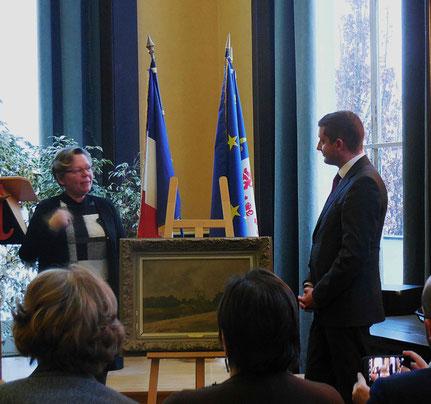 Mme Bousquet, présidente de l'Association, présente à M. Dumont, maire d'Abbeville, le tableau d'Albert Decamps.