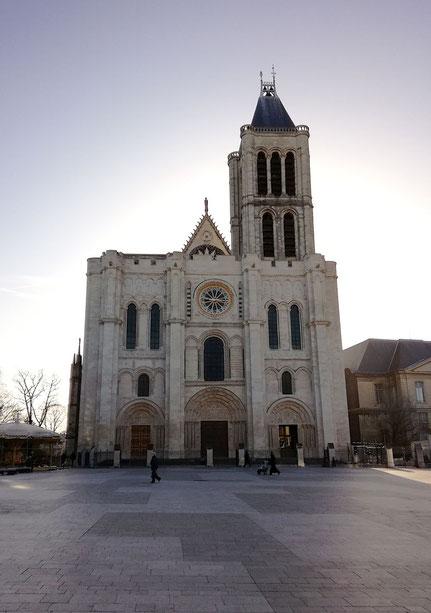 Basilique cathédrale de Saint-Denis, façade le matin