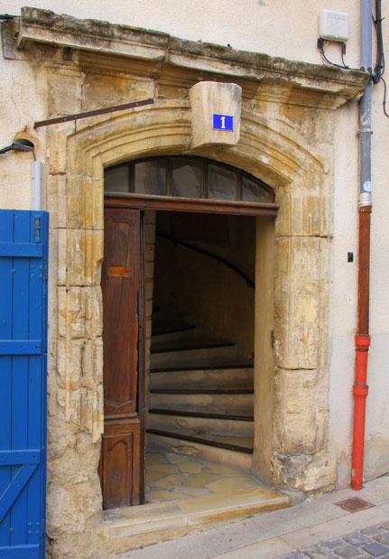 Bild: Eingangstür mit Wendeltreppe in Forcalquier