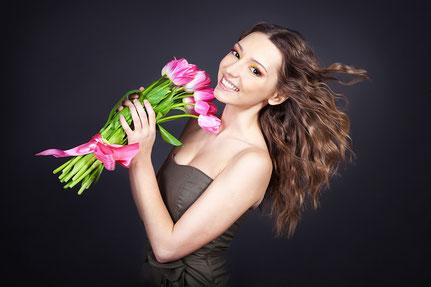Фотосессия на 8 марта фотозона с тюльпанами