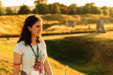 jeune fille dans la nature dans un séjour linguistique à l'étranger
