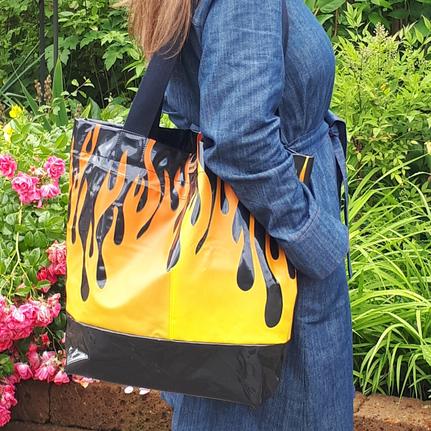 Upcycling Shopper Umhängetasche aus schwarzer Luftmatratze mit orangerotem Flammenmotiv