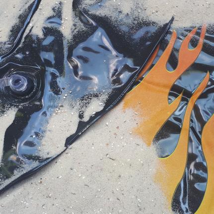 Schwarze Luftmatratze mit orangerotem Flammenmotiv