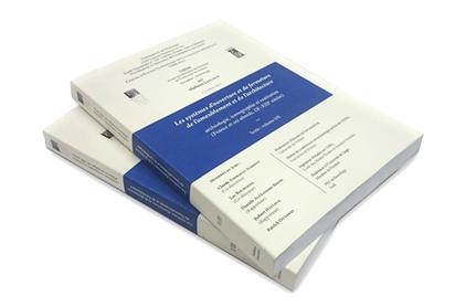 Deux livres avec bandeau bleu, couverture crème