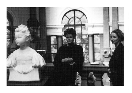 Gerd Schmedes_Tine Refke_Antje Hassinger in der Leeds City Art Gallery_1990_10 Jahres Katalog Künstlerhaus Dortmund_copyright Jürgen Spiler