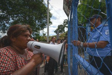 """Pårørende til fanger demonstrerer foran """"El Chipote"""" fængslet"""