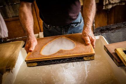 démonstration de la fabrication du papier au moulin à papier de brousses et villaret dans l'Aude