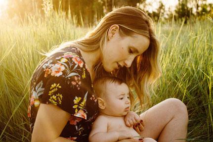 Bewusstsein; Mutter; Kind; Natur; Eltern; Lifestyle; Erziehung; glücklich; Baby; Kinder; Familie; Persönlichkeit; Entwicklung Mutter und Kind